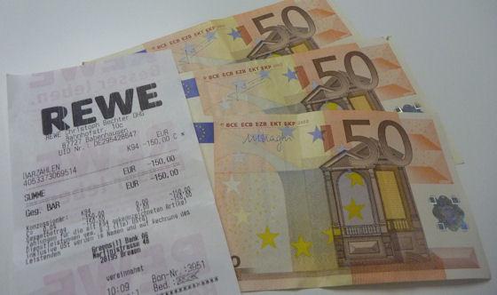 Barzahlen: Bargeld und Kassenzettel