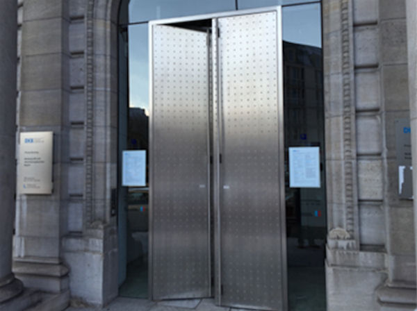 Eingang zur DKB / BayernLB