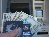 DKB Visa Card vor einem ATM mit 500 US-Dollar