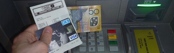 Mit der DKB Visa Card kostenfrei Bargeld abheben.