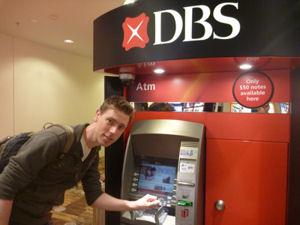 Bargeld am Automaten in Singapur