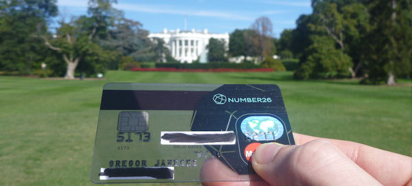 MasterCard von Number26 in den Vereinigten Staaten von Amerika vor dem Weißem Haus