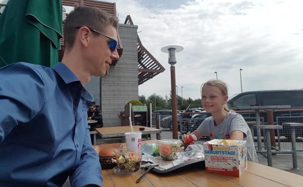 Papa und Tochter bei McDonalds