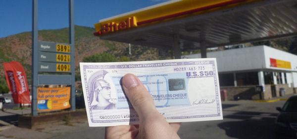 Reisescheck von American Express an US-Tankstelle.