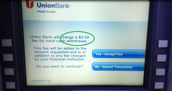 US-Geldautmat ATM zeigt Hinweis zur Abhebegebühr an.